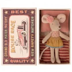 Poupée souris avec jupe dorée et bandeau à fleurs rose et praure de lit dans une boîte décorée
