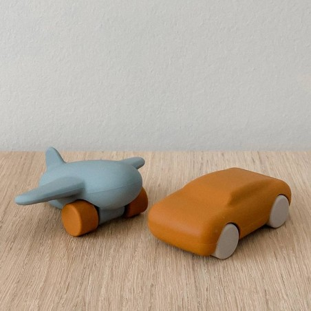 """Jouets silicone avion / voiture moutarde/bleu """"Kevin"""" Liewood"""